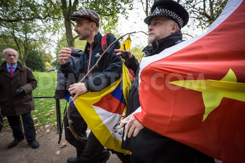 1445356109-free-tibet-protesters-clash-with-prochinese-supporters-in-london_8843456