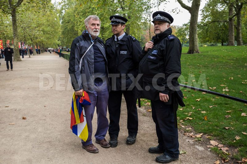 1445356146-free-tibet-protesters-clash-with-prochinese-supporters-in-london_8843422
